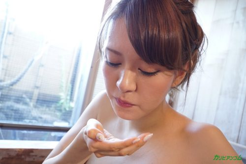 口内射精された精子を湯船にこぼさないようにする美女