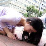 美女が逆ナンパで土下座する無修正AV、ぴくぴくマンコから精子を吐き出す!
