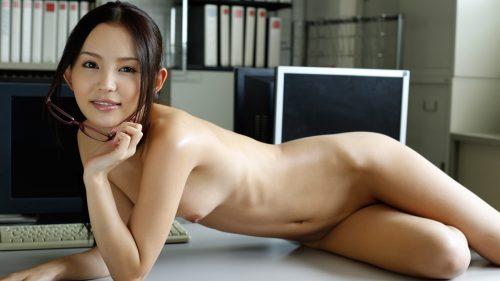 机の上に全裸で横たわる丘咲エミリ