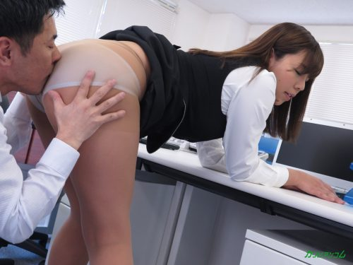 オフィス内で尻を突き出してパンツ越しに匂いを嗅がれるOL