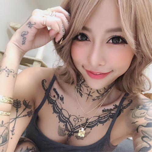 泉麻那の刺青画像