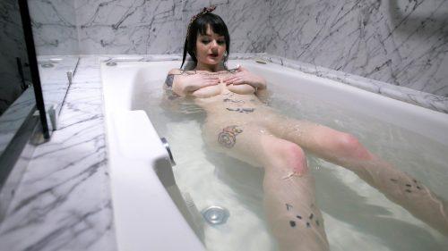風呂に入るJessica Beppler
