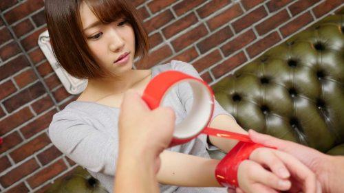両手首を赤テープで縛られる菊川みつ葉