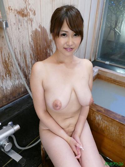 爆乳でお腹がたるんでいる女の全裸