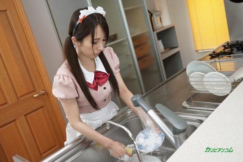 キッチンで皿を洗う可愛いメイド