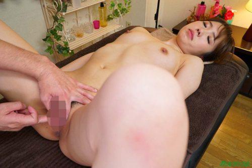 女性マッサージ師を全裸にして手マン