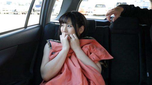 車内で全裸になる女